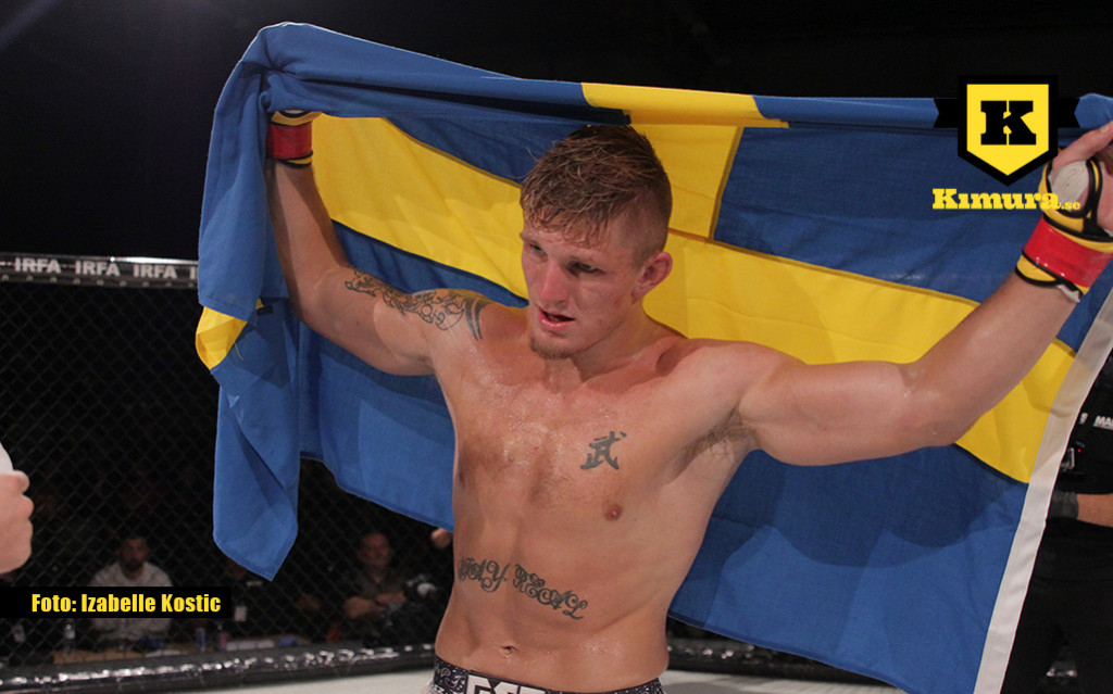 Zebaztian Kadestam med Sveriges flagga