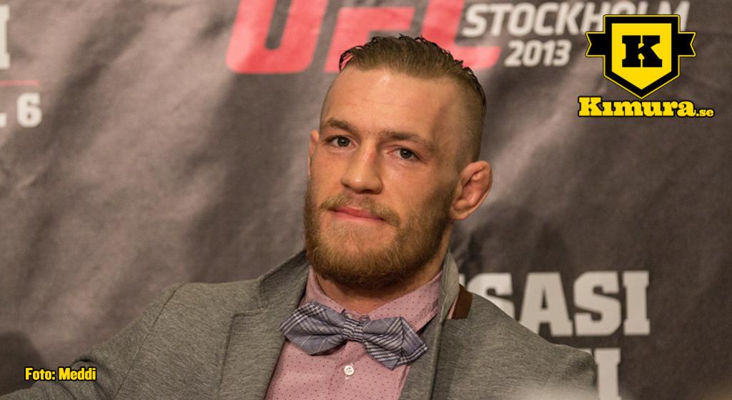 Conor McGregor i kostym ler i mjugg