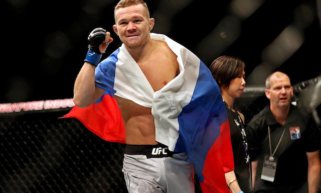 Petr Yan i buren rysk flagga om sig knuten näve