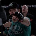 David-Bielkheden pekar mot kamera