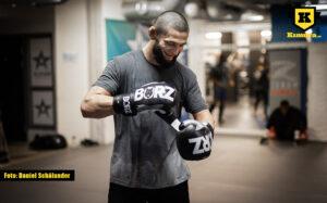Khamzat Chimaev tar på sig boxningshandskar