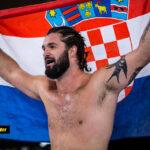 Zvonimir Kralj håller upp Kroatisk Flagga