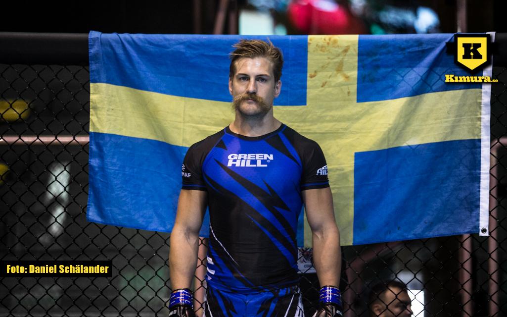 Andreas Knutsson på EM framför den svenska flaggan