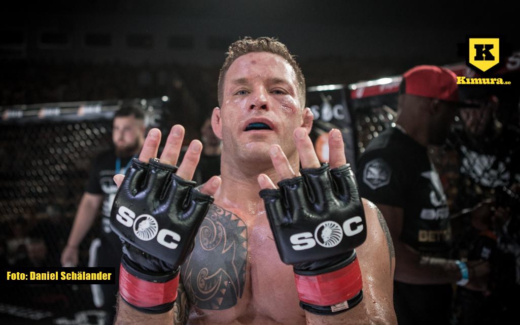 David Bielkheden håller upp nio fingrar efter sin nionde raka vinst
