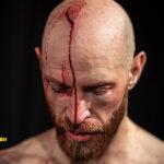 Blod rinner från ett jack i Robbie Daniels huvud på Empire Fighting Series
