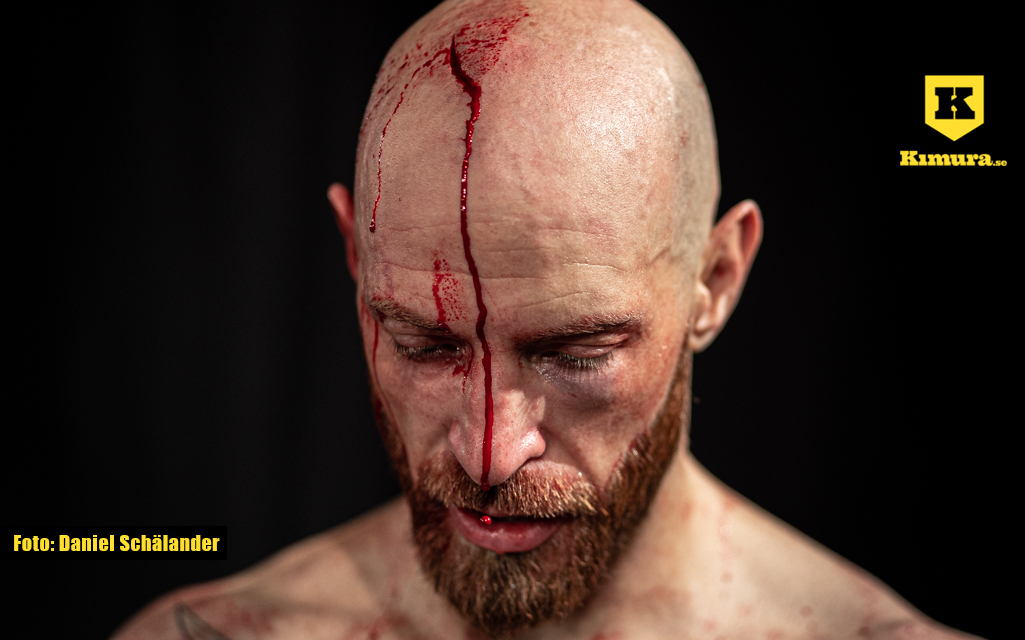 Robbie Daniels blöder från ett cut på huvudet på Empire Fighting Series