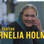 Cornelia Holm blir intervjuad