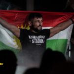 Serdar Altas går in till buren pch håller upp kurdisk flagga