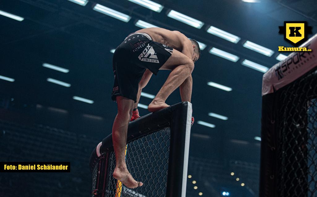 Amir Malekpour klättrar in i buren