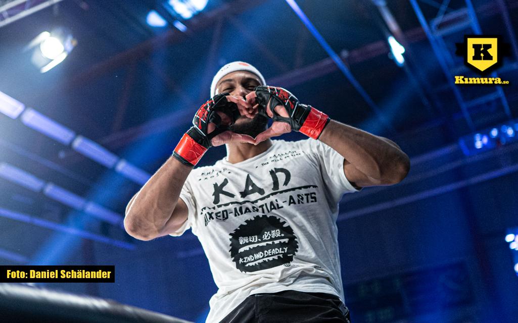 Khaled Laallam gör ett hjärta med händerna